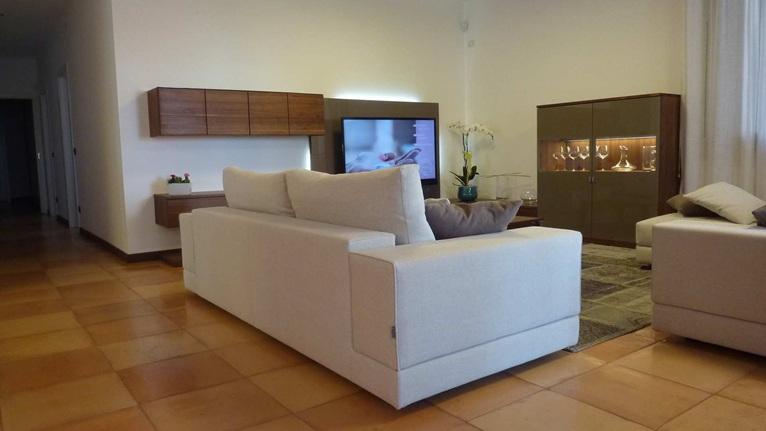 Confort e palette neutre per un living elegante e moderno for Arredamento moderno elegante