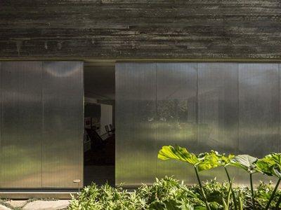 Marcio Kogan's Casa Cubo: a pure concrete monolith