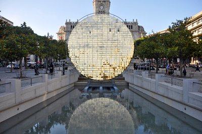 A kinetic sun inside Álvaro Siza's fountain in Porto